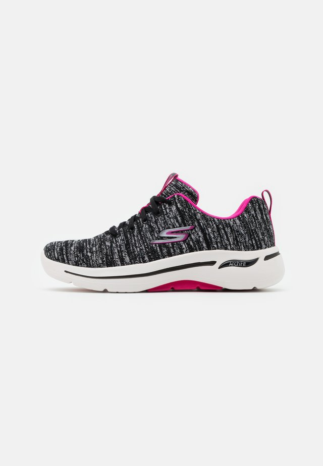 GO WALK ARCH FIT - Chaussures de course - black/hot pink