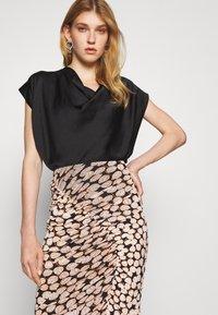 Diane von Furstenberg - CHRISTY SKIRT - Pencil skirt - leaf twig medium black - 4