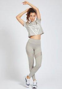 Guess - T-shirt print - grigio - 1