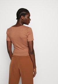 Zign - TIE FRONT WRAP - T-shirt print - camel - 2