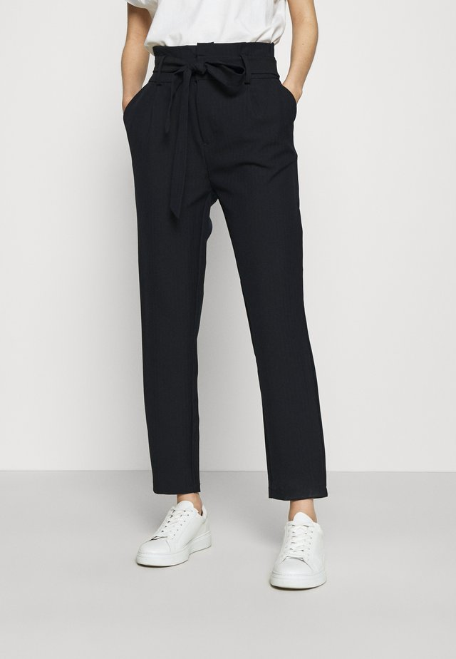 ONLLONZO PAPERBAG BELT PANT - Pantalon classique - navy blazer