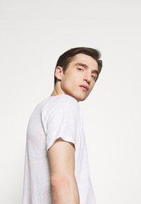 120% Lino - V NECK - T-shirt basic - white solid - 3