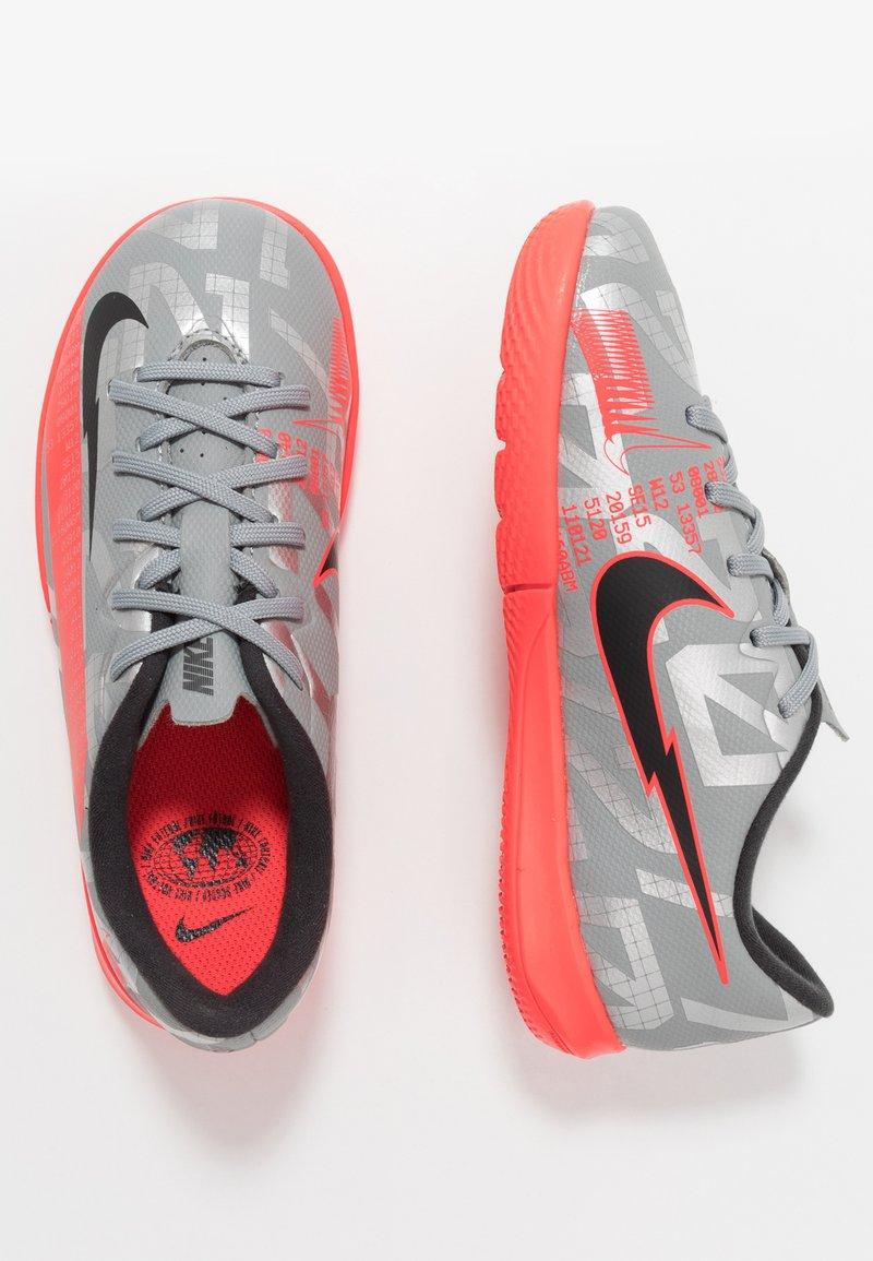 Nike Performance - MERCURIAL JR VAPOR 13 ACADEMY IC UNISEX - Indoor football boots - metallic bomber grey/black/particle grey