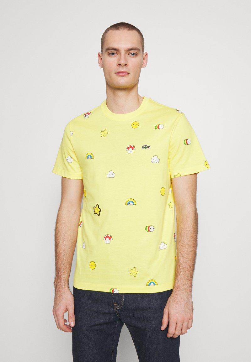 Lacoste - Unisex Lacoste x FriendsWithYou Print Cotton T-shirt - T-shirts med print - citron