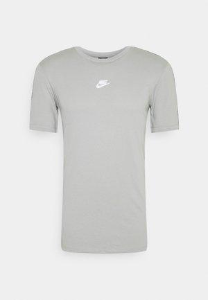 REPEAT - Camiseta estampada - light smoke grey/white