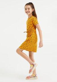 WE Fashion - MET PALMBOOMDESSIN - Day dress - ochre yellow - 0