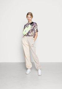 Nike Sportswear - PANT - Pantalon de survêtement - pearl white - 1