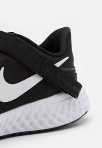 Nike Performance - REVOLUTION 5 FLYEASE - Zapatillas de running neutras - black/white/anthracite - 5