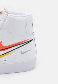 Nike Sportswear - BLAZER MID '77 VNTG - Vysoké tenisky - white/black/team orange/university gold/light smoke grey/summit white - 7