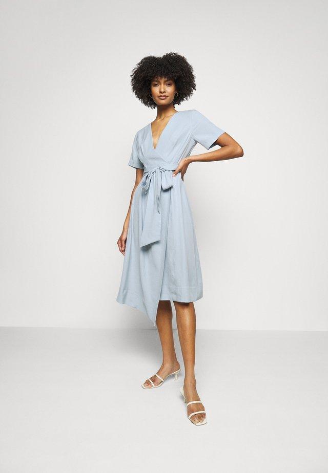 WRAP SHORT SLEEVE DRESS - Sukienka letnia - blue