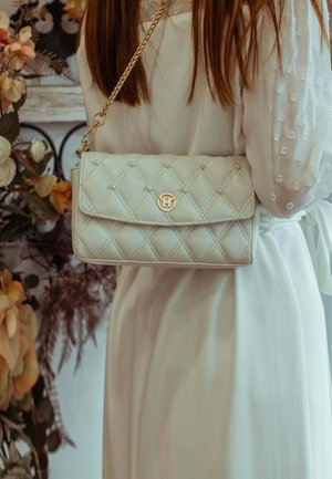 PEARL QUILTED - Across body bag - weiss