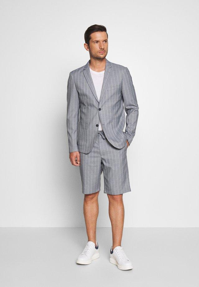 STRIPED BLAZER + SHORTS SET - Kostuum - grey
