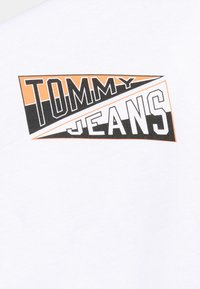Tommy Jeans - BACK GRAPHIC TEE UNISEX - Print T-shirt - white - 6