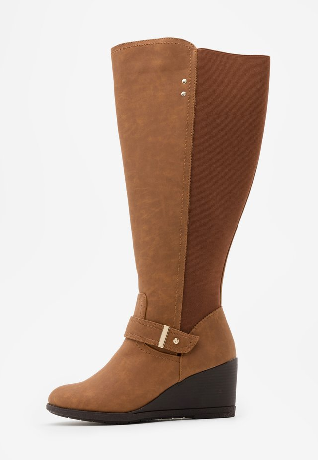WIDE FIT CICELY - Botas de cuña - brown