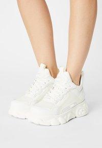 Buffalo - VEGAN CHAI  - Sneakersy niskie - white - 0