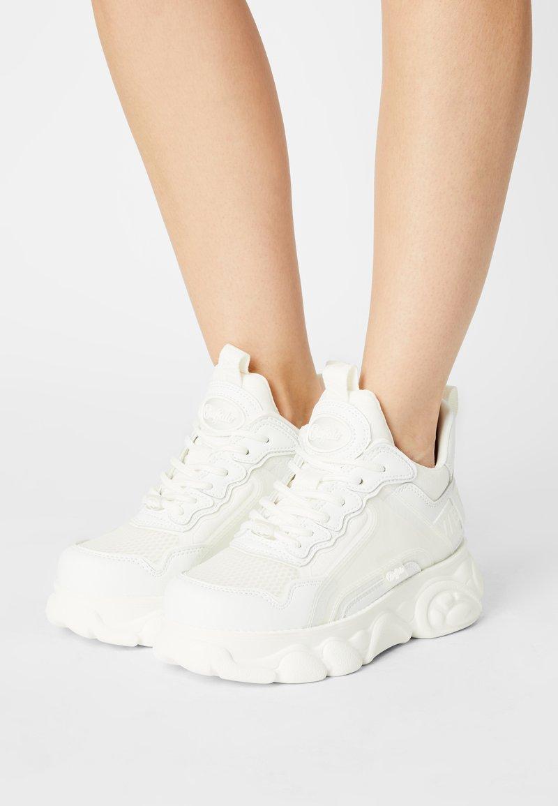 Buffalo - VEGAN CHAI  - Sneakersy niskie - white