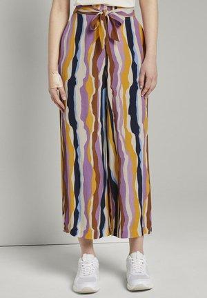 MIT BINDEGÜRTEL - Trousers - wavy multicolor stripes