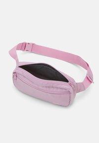 Levi's® - WOMENS MEDIUM BANANA SLING EMBROIDERED BATWING - Bum bag - light purple - 2