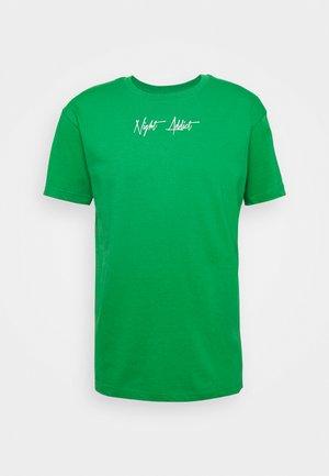 SNAKE - T-shirt med print - kelly green/optic white