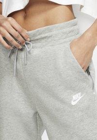 Nike Sportswear - W NSW TCH FLC PANT - Joggebukse - dark grey heather/matte silver/white - 3