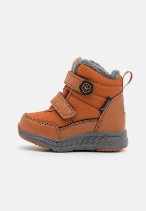 BOOTS WP UNISEX - Zimní obuv - brown
