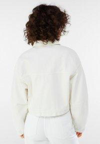 Bershka - MIT PUFFÄRMELN  - Denim jacket - white - 2