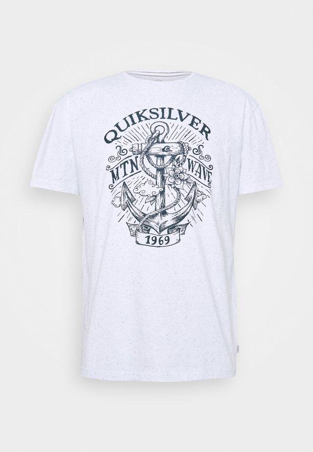 QUIET DARKNESS  - T-shirt con stampa - white