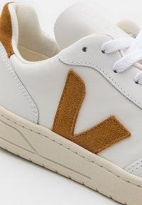 Veja - V-10 - Sneakers basse - extra white/camel - 5