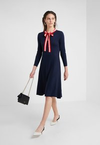J.CREW - ALICE NECK TIE DRESS - Pletené šaty - navy/cerise/ivory - 1