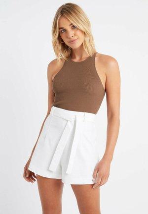 AU FORUM BELTED SHORT - Shorts - z1-blanc