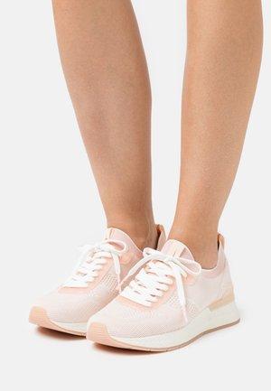 Sneakers laag - powder