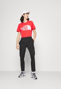 The North Face - STANDARD TEE - T-shirts med print - horizon red - 1