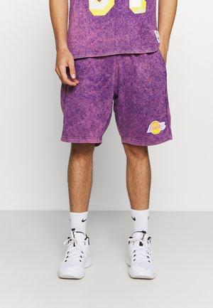 NBA LOS ANGELES LAKERS ACID WASH SHORTS - Klubové oblečení - purple