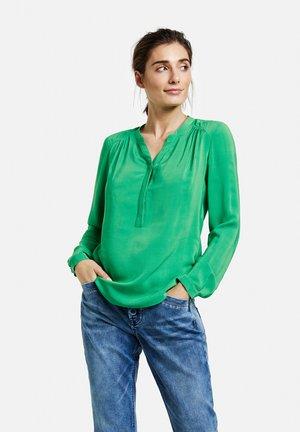 MIT OFFENEM AUSSCHNITT - Blouse - vibrant green