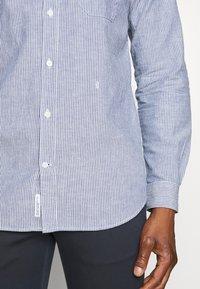 CLOSED - BASIC SHIRT - Shirt - fading indigo - 5
