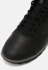 Caterpillar - QUEST MOD - Sneakersy niskie - black/medium charcoal - 4