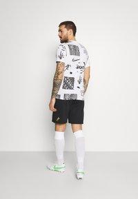 Nike Performance - SHORT  - Korte sportsbukser - black/saturn gold - 2