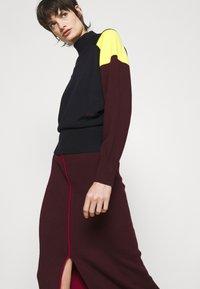 Victoria Victoria Beckham - COLUMN PULL ON SKIRT - Pencil skirt - iron red - 3