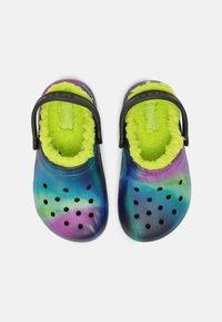 Crocs - CLASSIC LINED - Pantolette flach - black/lime punch - 3