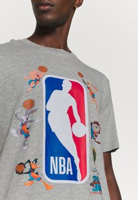Outerstuff - NBA SPACE JAM 2 SQUAD UP TEE - Print T-shirt - grey - 5