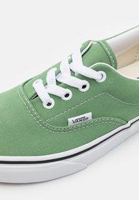 Vans - ERA UNISEX  - Sneakersy niskie - shale green/true white - 5