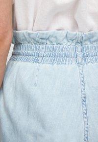 QS by s.Oliver - REGULAR FIT - Jeansshort - light blue - 6
