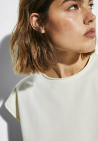 Massimo Dutti - MIT WELLENDETAIL - Basic T-shirt - beige - 3