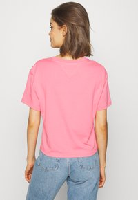 Tommy Jeans - MODERN LINEAR LOGO TEE - T-shirts med print - pink - 2
