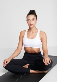 Cotton On Body - STRAPPY SPORTS CROP - Light support sports bra - white - 1