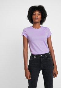 Neuw - SLIM TEE - Print T-shirt - lilac - 0