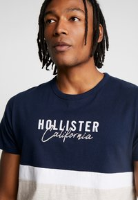 Hollister Co. - CORE TECH SMALL SCALE BLOCK  - Print T-shirt - navy/tan - 4