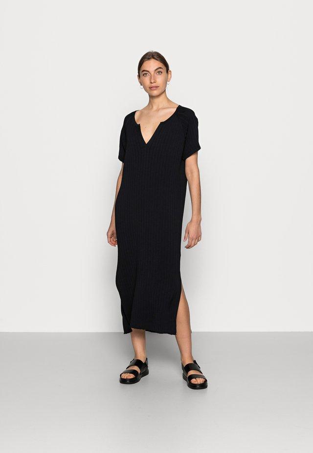 FAVE DRESS - Pletené šaty - black