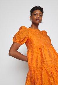 YAS - YASSOLERO HI LOW DRESS - Robe d'été - orange peel - 3
