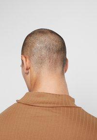 Jack & Jones PREMIUM - JPRLUTON LS TEE TURTLE NECK  - Top sdlouhým rukávem - tobacco brown - 4